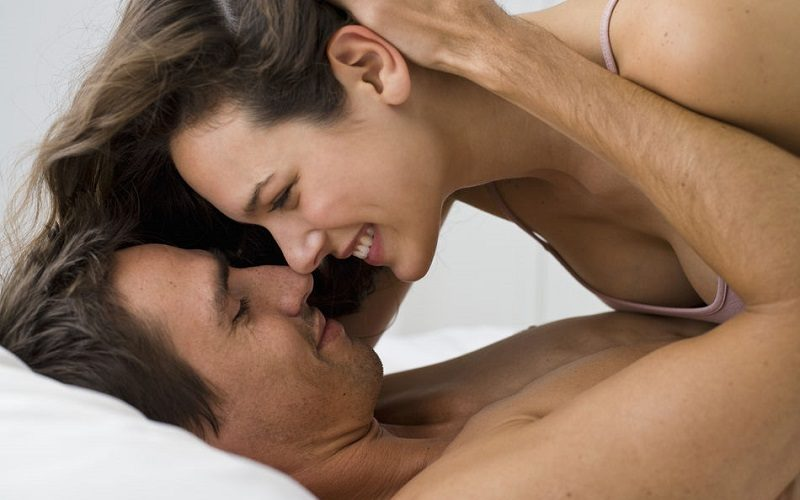 yowoto-woman-on-man-in-bed-800x500