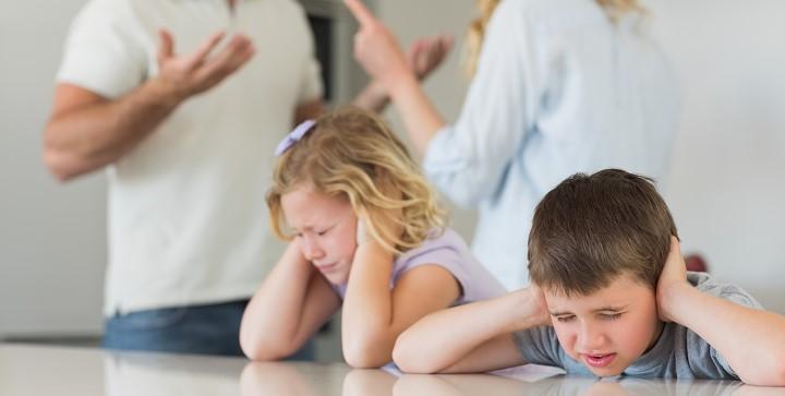 padres-discutiendo-2